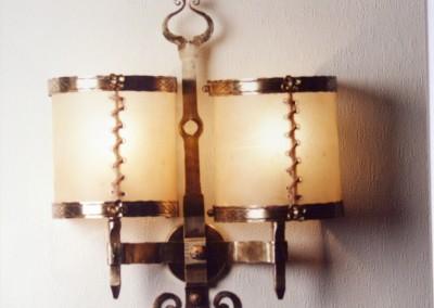 Messing Wandleuchte, geschmiedet, mit Pergamentschirm, Eugendorf 2-flammig,mit Transparentleder genähten Wandschirmen, aufwendig geschmiedete Wandbeleuchtung, Nr. 84022