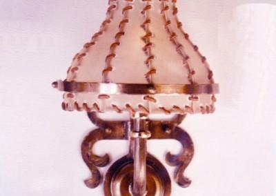 Pergament Wandlampe in Messing, Mailand 1-flammig, mit Rinderhaut genähten Wandschirmen, aufwendig geschmiedete Wandbeleuchtung, Nr 84104