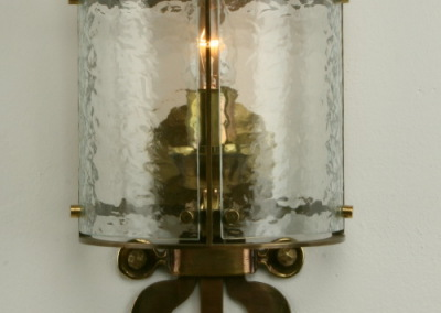 Messingleuchte, OBERLIENZ WL, 1-flg., handgeschmiedet, GH:360 mm, B:170mm, halbr. Glasschirm, Nr. 84600