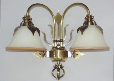 geschmiedete Wandbeleuchtung in Messing, Bern 2-flammig,mit mundgeblasenen Glasschirmen, Nr. 84902