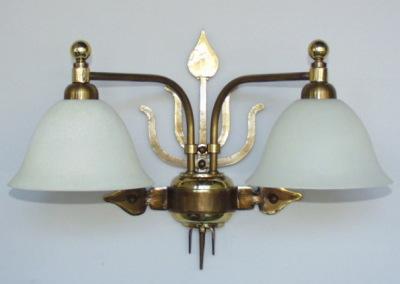 Messing Wandleuchte, Bern 2-flammig,mit mundgeblasenem Glasschirm, aufwendig geschmiedete Wandbeleuchtung, Nr. 84904