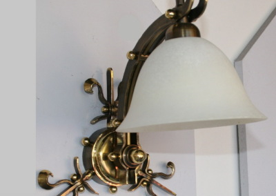 Messing Wandleuchte Bern 2-flammig,mit mundgeblasenem Glasschirm, geschmiedet, Nr. 84906