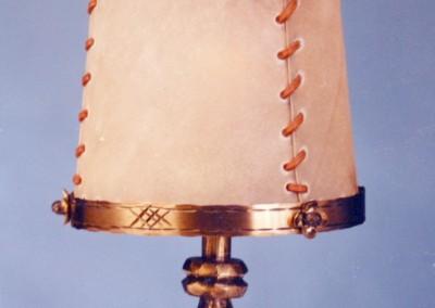 geschmiedete Tischleuchte, in Messing, handgefertigte,exclusive Tischlampe mit Pergament und Messing,Schirm mit echtem Transparentleder, genäht mit Leder- oder Hautstreifen, EUGENDORF Tischlampe mit Ringfuß, Nr. 86153, 86154