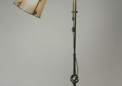 geschmiedete Bodenstehleuchte, in Messing, handgefertigte,exclusive Tischlampe mit Pergament und Messing,Schirm mit echtem Transparentleder, genäht mit Leder- oder Hautstreifen, Nr. 87132