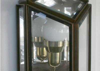 aufwendig, handgefertigte Wandleuchte in Schmiedeeisen/Messing, Oberfläche: Patinarost,  Glas: mit Facettenschliff, Nr. 90140