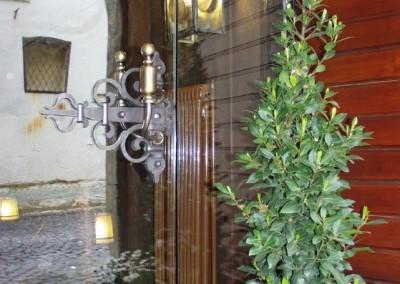 Glastüre - aufwändig geschmiedeter Türdrückerin Messing