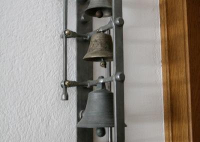 handgeschmiedeter Glockenstuhl mit alten Glocken