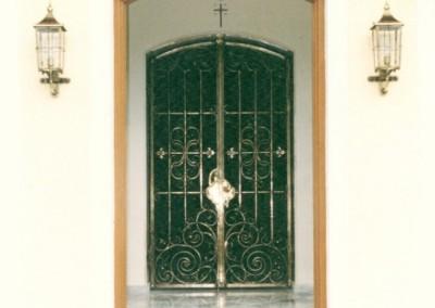 Eingangsbereich Kirche, aufwändig, geschmiedete Kirchentür in Messing, sowie Kirchenbeleuchtung -  handgefertigte Wandleuchten in Messing
