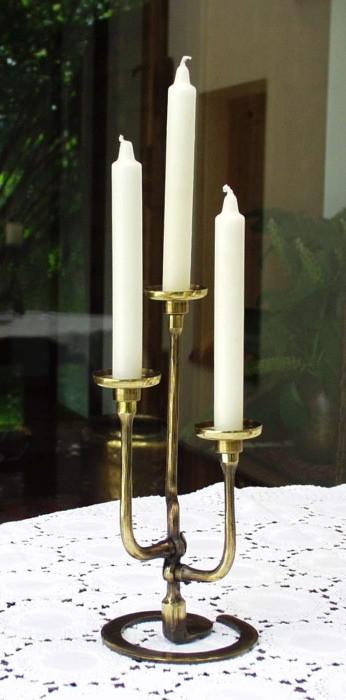 geschmiedeter Kerzenständer in Messing, 3-flg.