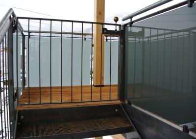Glasgeländer, Balkonkonstruktion mit Glas, Stahl, roh