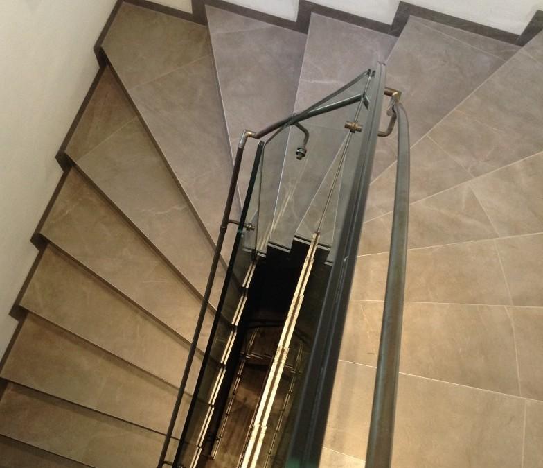 Fertigstellung von Treppengeländer Glas/ Stahl