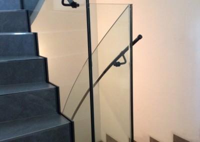 modernes Treppengeländer gefertigt aus Glas, Handlauf  Stahl roh