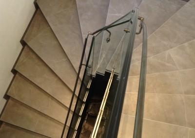 modernes Treppengeländer gefertigt aus Glas, Handlauf sowie Treppenwangen Stahl roh