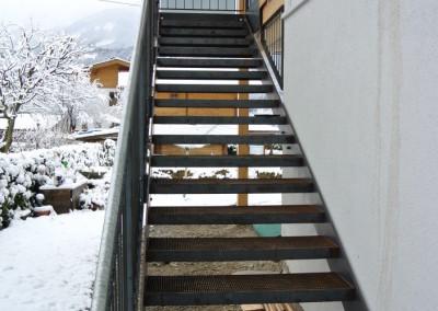Stiegenkonstruktion mit Glasgeländer, Stahl, roh