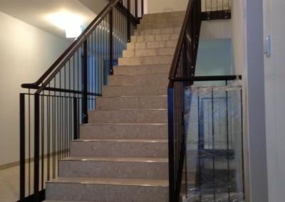 modernes Treppengeländer : Glas,  Stiegenwange: Stahl/ roh  Handlauf - Stahl roh