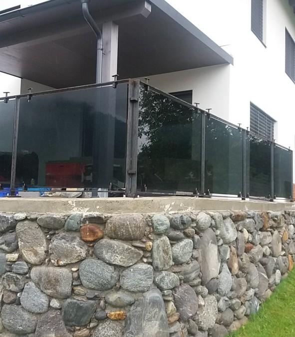 Montage von Glasgeländer für Terrasse