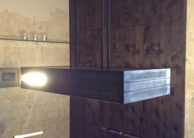 Kochinselbeleuchtung,  Ausführung: 6 Stk. schwenkbare Ledbeleuchtungen für Arbeitsbereich, Raumbeleuchtung durch 7 Stk. Power-Leds, hinter 6mm Opalglas, Material: Eisen Oberfläche. roh