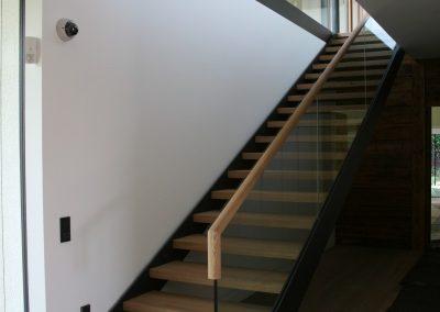 Stahlstiegenkonstruktion mit Glasgeländer,  Holzhandlauf