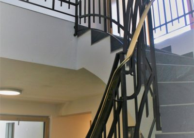 Stiegengeländer in Eisen mit Messing Handlauf