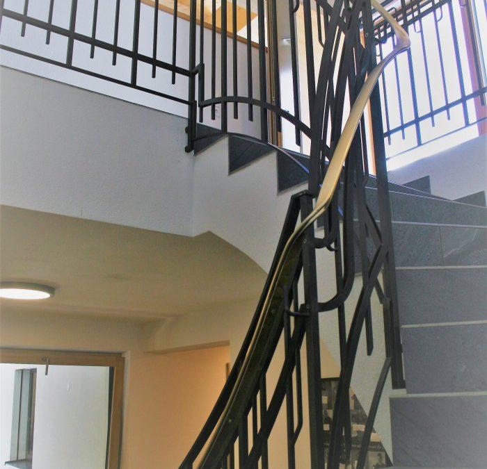 modernes Stiegengeländer in Eisen roh mit Messing Handlauf
