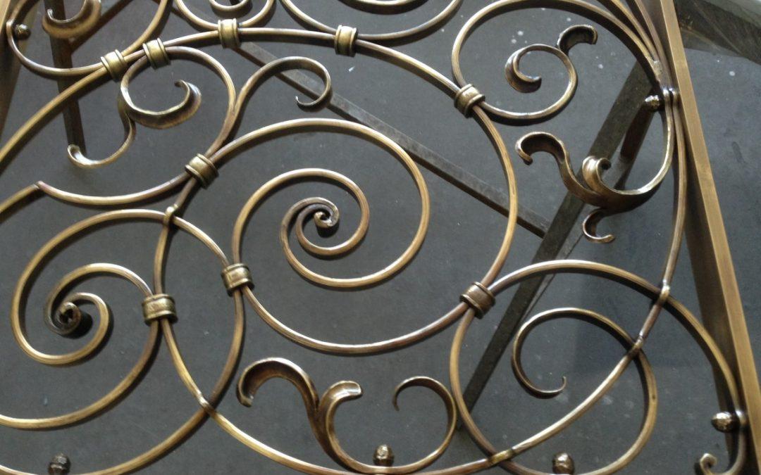 alte Kunstschmiedearbeit – aufwendige Tür in Schmiedebronze – Metalldesign